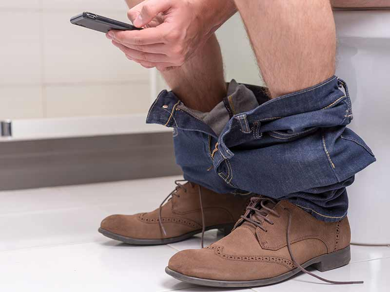 Why carrying a smartphone to the toilet is not safe