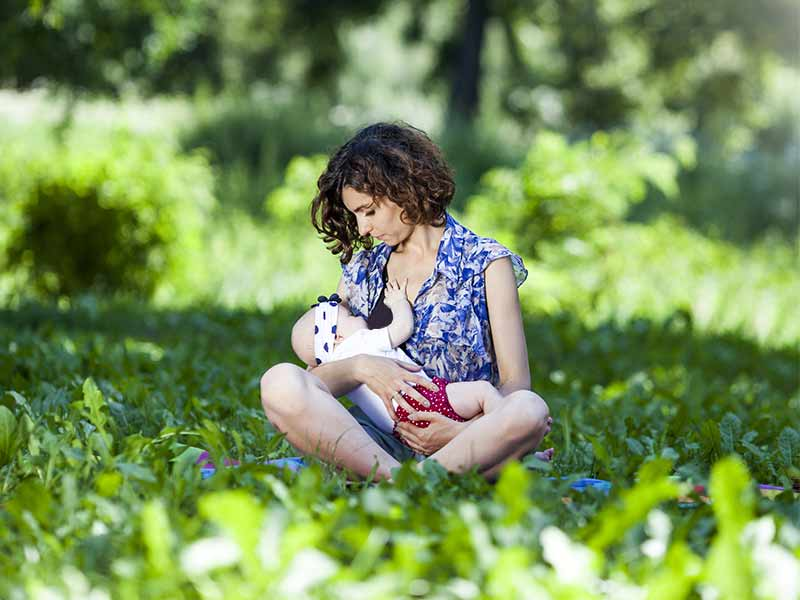 why it is not safe for a breastfeeding mother to drink alcohol